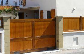 Un portail en bois automatique, coulissant
