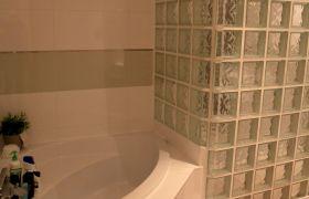 Salle de bains et de douche à la fois