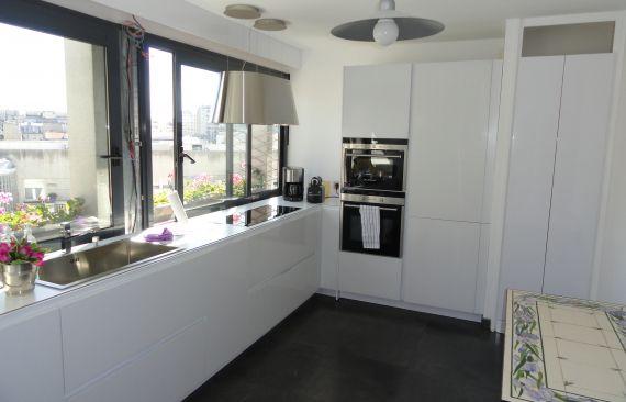 Une cuisine blanche aux lignes épurées