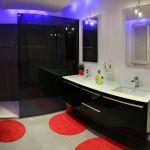 Salle de bains rouge et noire